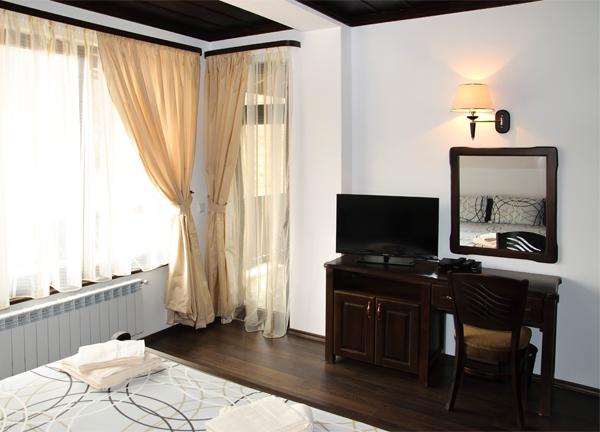 Спалня 1 има тераса с изглед към балкана