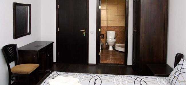 Спалня със самостоятелни WC и баня