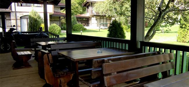 Веранда на бистрото с изглед към къщите за гости