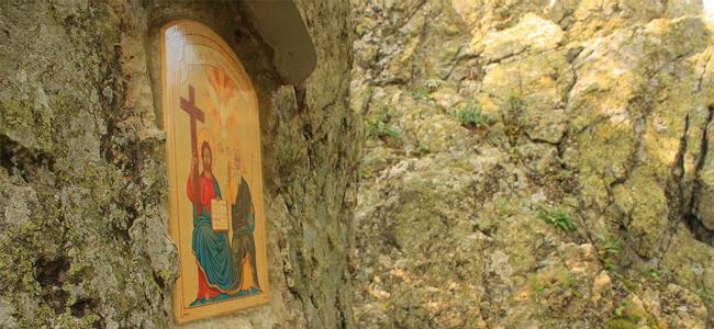"""Вкопаната в скалата икона """"Света Троица"""""""