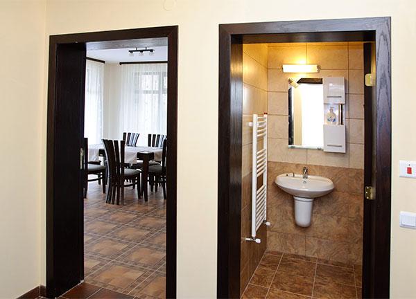 Дневна с баня и wc на 1-ви етаж