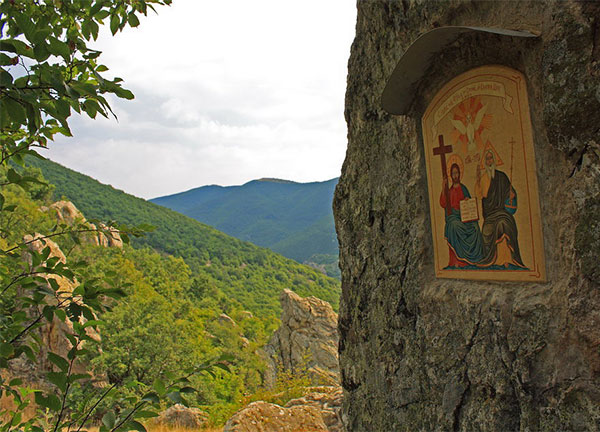 "Вкопана икона ""Св. троица"" в местноста Винишки камък"